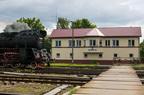 """Ol49-69 -- Pociąg turystyczny """"Turkol - Turystyka Kolejowa"""" z Olecka do Suwałk wjeżdża na stację końcową mijając nastawnię dysponującą."""