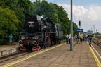 """Ol49-69 -- Pociąg turystyczny """"Jaćwież"""" z Suwałk do Papierni manewruje na stacji Suwałki."""