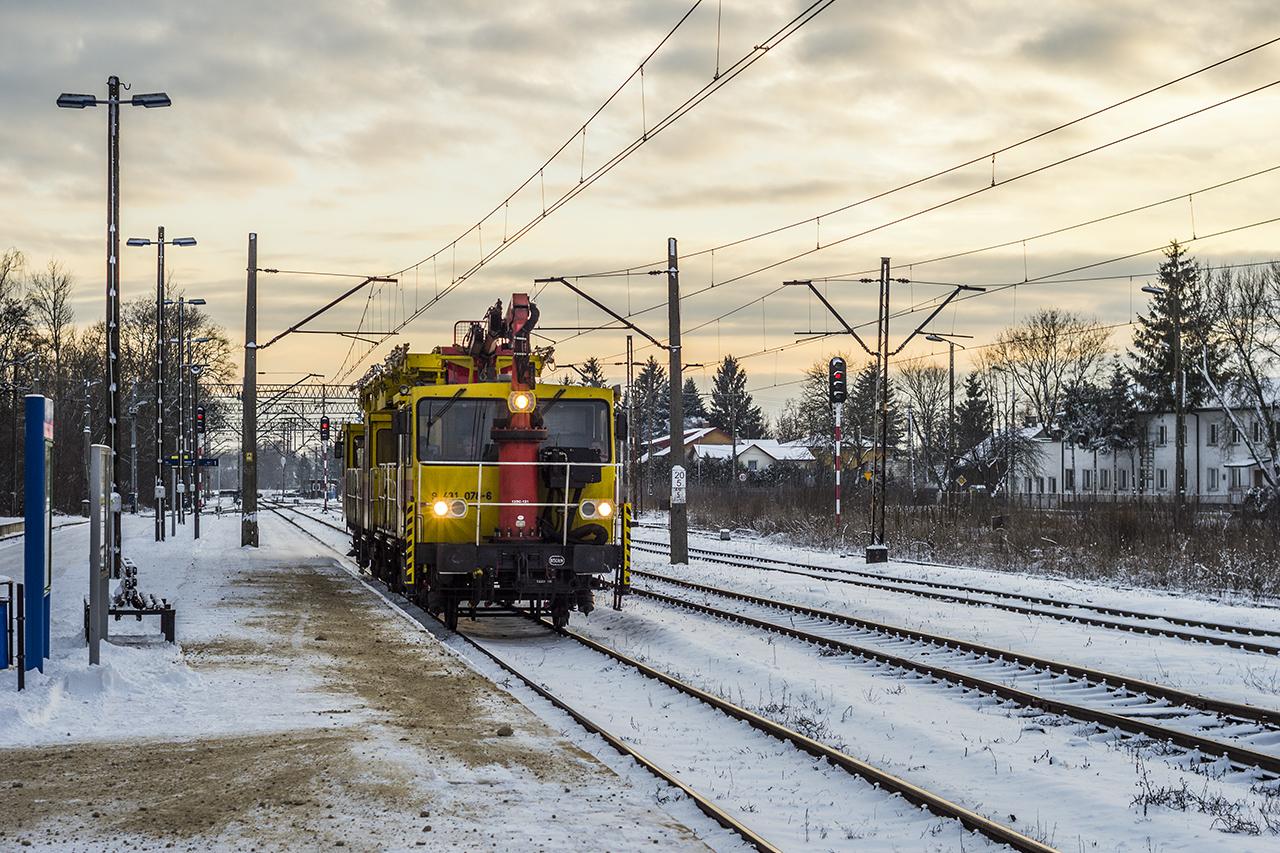 Pociąg ratunkowy pogotowia sieciowego przejeżdża przez st. Wyszków w celu naprawy usterki sieci trakcyjnej na odcinku Gierwaty - Ostrołęka.