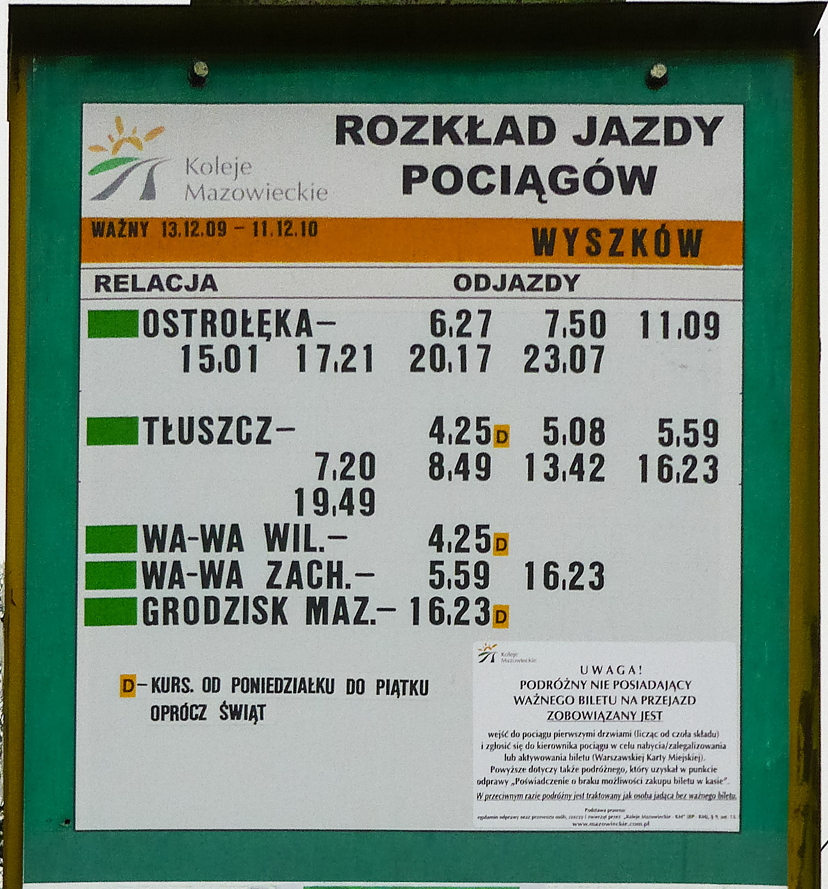 Zdjęcie tablicy stacyjnej z nowym rozkładem jazdy na rok 2010. fot. Sebastian Gomółka, 7.12.2009