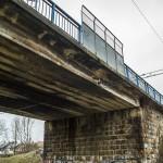 Stary wiadukt nad linią kolejową w Wyszkowie. Widoczne zwęglenia elewacji to pozostałości po epoce parowozów.