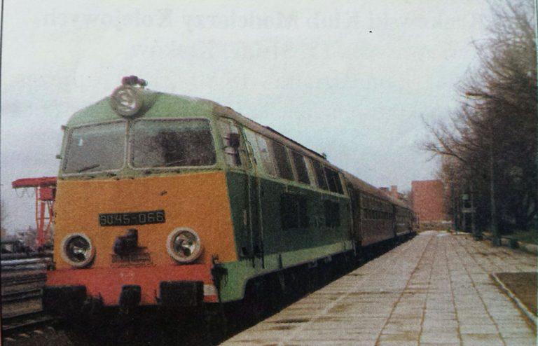 Pociąg osobowy na stacji Łomża przed odjazdem do Śniadowa. fot. Dariusz Dąbrowski, 31.05.1993 r,