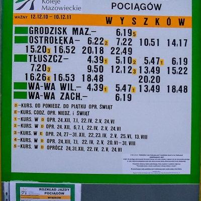 Zdjęcie tablicy stacyjnej z nowym rozkładem jazdy na rok 2011. fot. Sebastian Gomółka, 4.12.2010